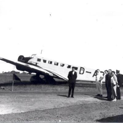 Een Vliegtuig Junkers 52 Met Hakenkruis Met Een Groep Mensen Voor